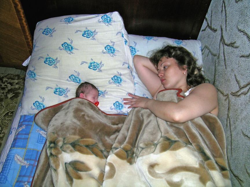 А с мамой спать надежнее. Мамочка, я сплю...