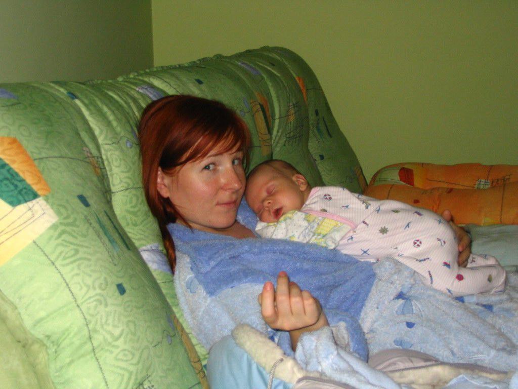 А на животике у мамы лучше всего и теплее и мягче. Мамочка, я сплю...