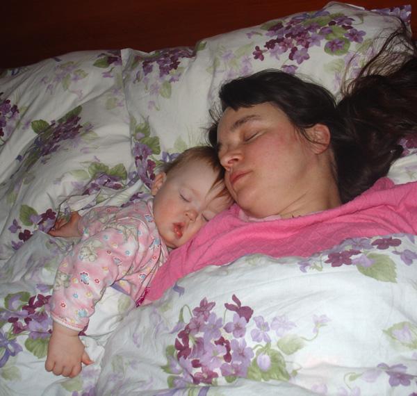 Ляжем в кроватку и крепко уснем.  Ангел хранит нас и ночью и днем. Мамочка, я сплю...