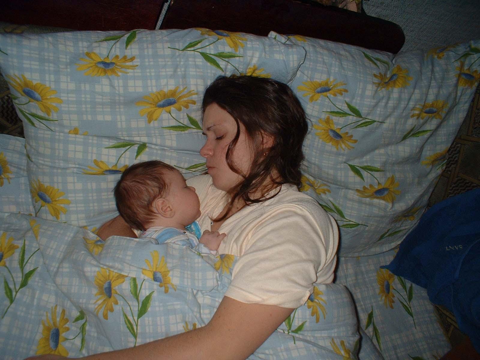 как же сладко с мамой спать!. Мамочка, я сплю...