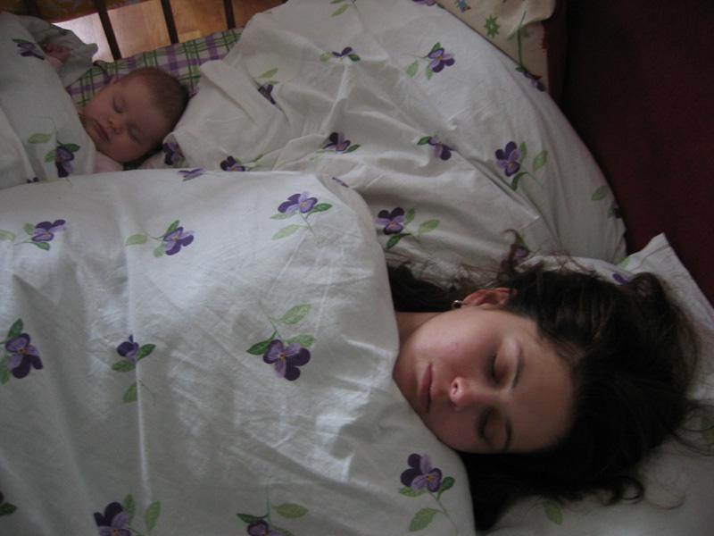 Усыпили друг друга (утро после бессонной ночи). Мамочка, я сплю...