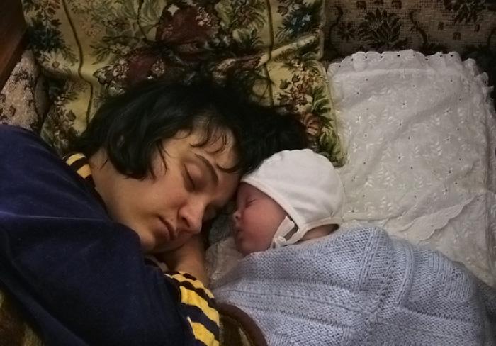 Мама спит, она устала.... Мамочка, я сплю...