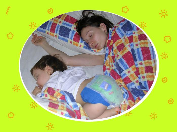 Чтоб животик не болел, я на нём посплю немножко.... Мамочка, я сплю...