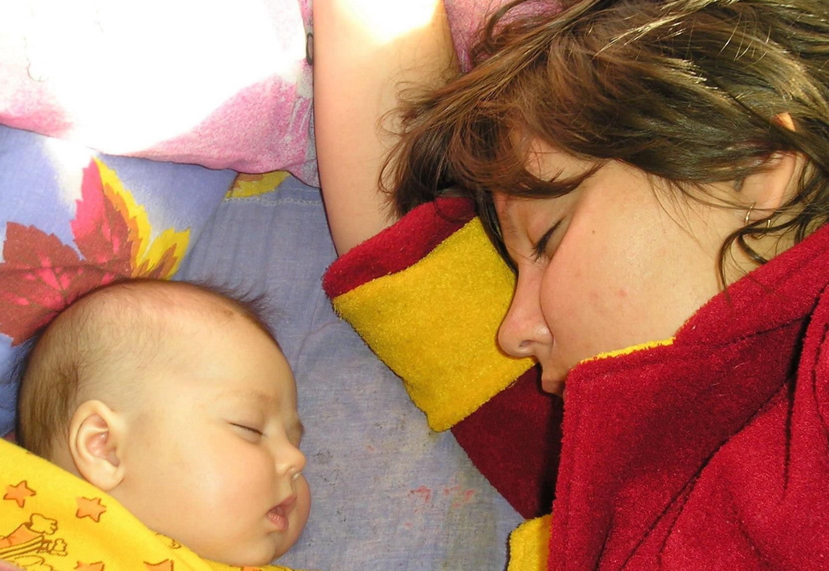 Мы даже спим одинаково!. Мамочка, я сплю...