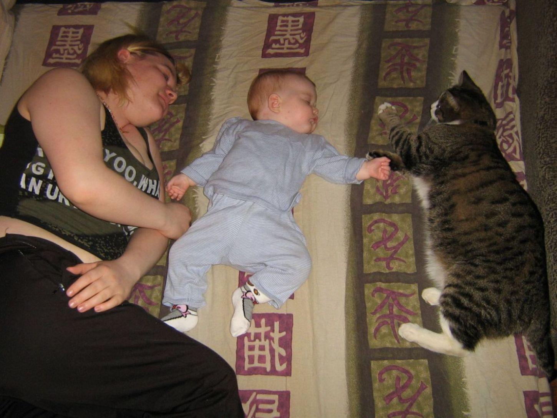 мама, я и моя игрушка!. Мамочка, я сплю...