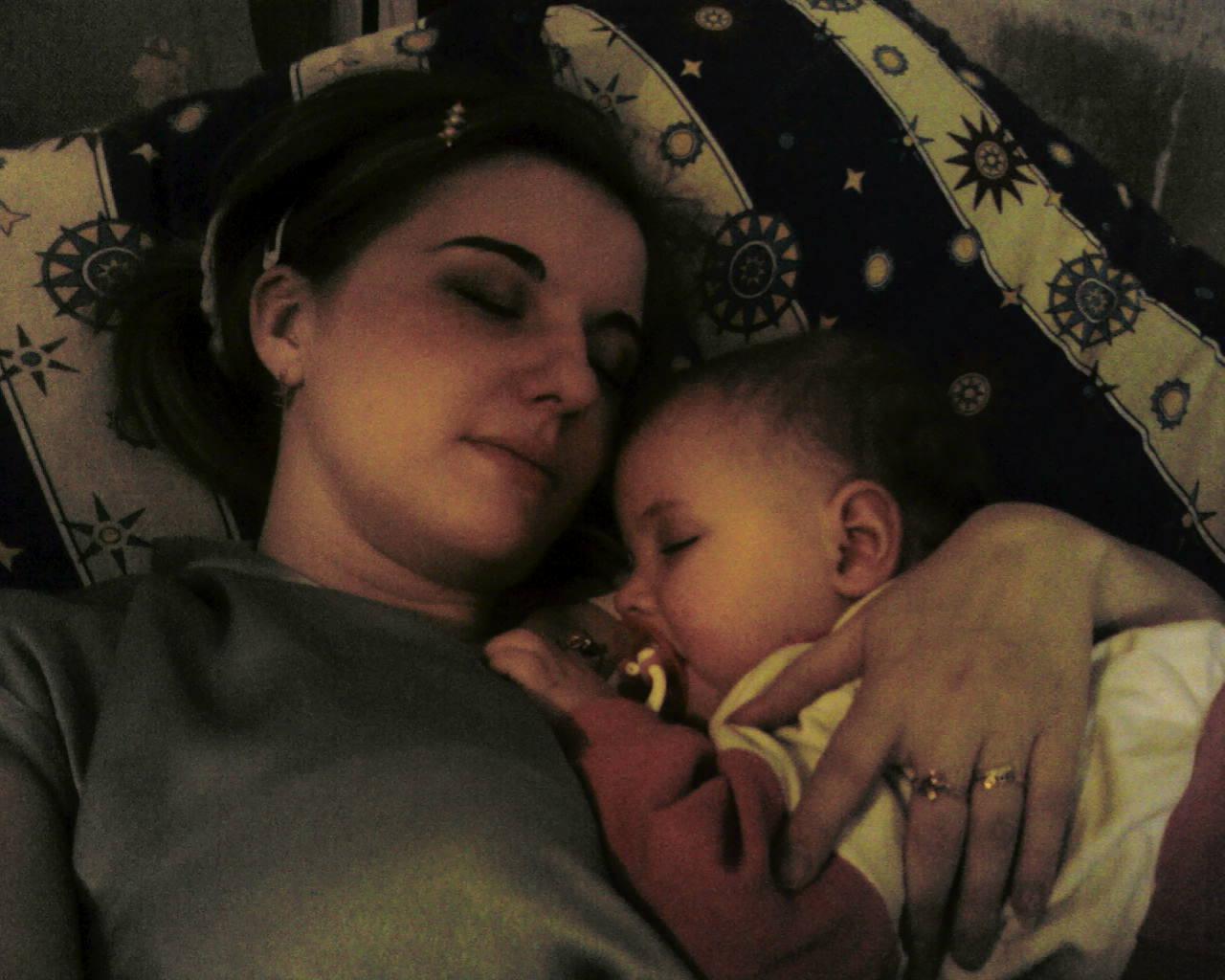 Доча и мама. Мамочка, я сплю...