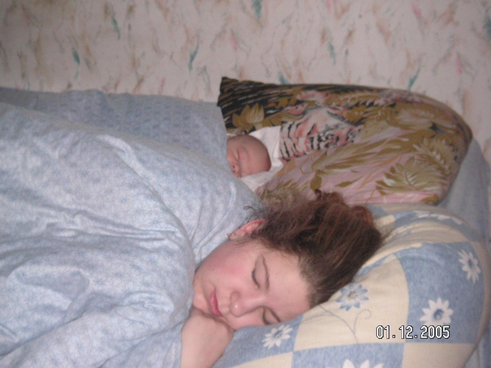 Как же сладко спим мы вместе!. Мамочка, я сплю...