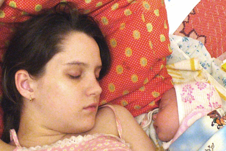 Трахает мать пока та спит русские, Сын трахнул спящую мать Cмотреть бесплатно порно 18 фотография