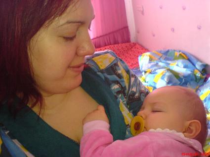 А у мамы под бочком, вкусно пахнет молочком .... Мамочка, я сплю...