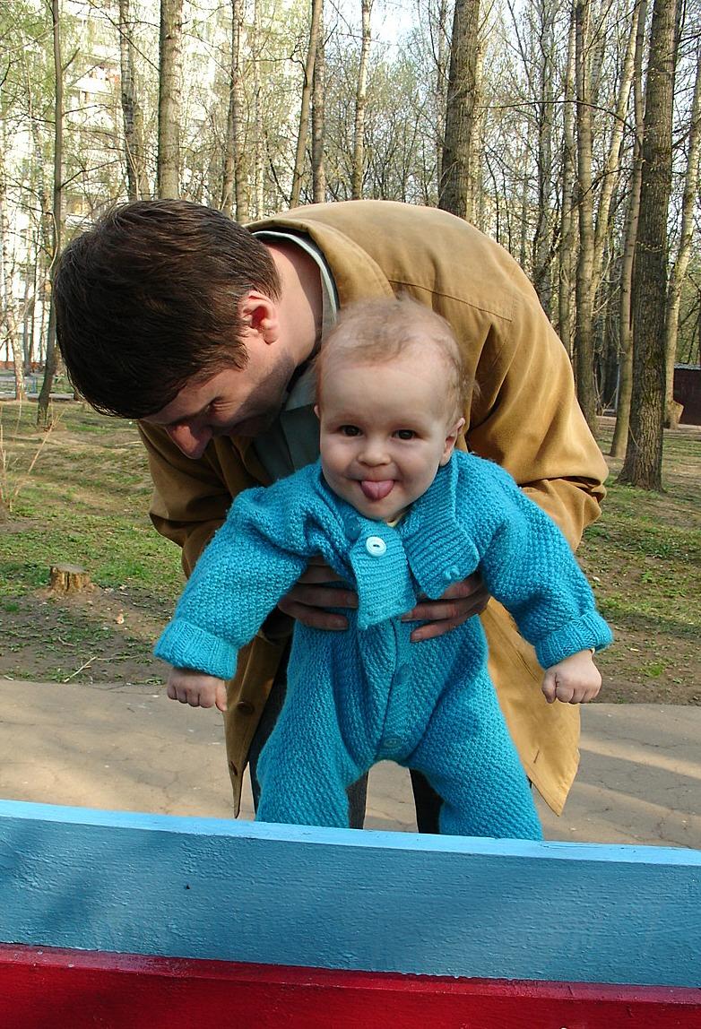 папа думает, что учит меня ходить, а я уже умею хи-). Это сладкое слово - прогулка!..
