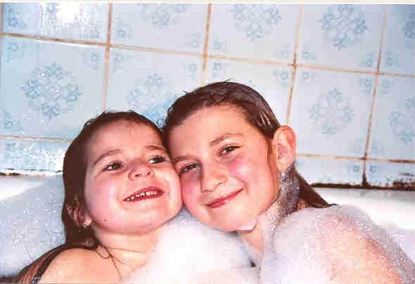 Мы сестренки: Даянка и Настенка!. Веселое купание в нежной пенке