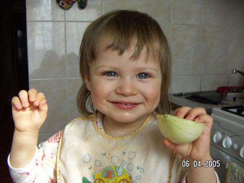 И не яблоко, не фрукт - абажаю ...кушать лук !. Крошка с ложкой