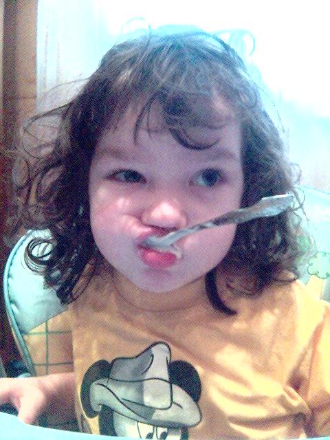 Голодный человеческий детёныш. Крошка с ложкой
