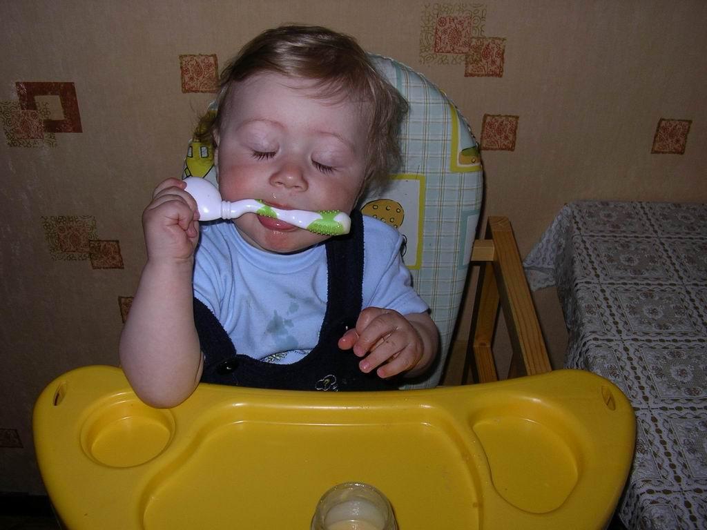 После вкусного обеда полагается поспать. Крошка с ложкой