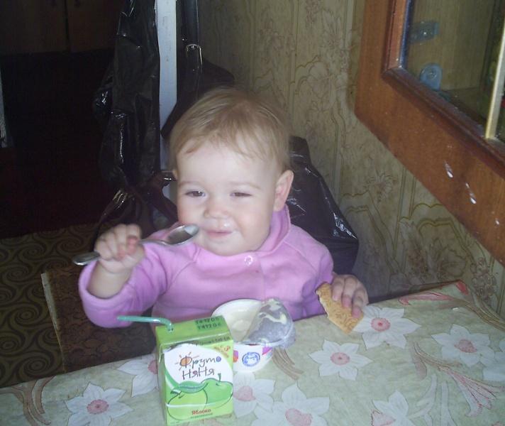 Кушать надо ВЕСЕЛО!!!. Крошка с ложкой