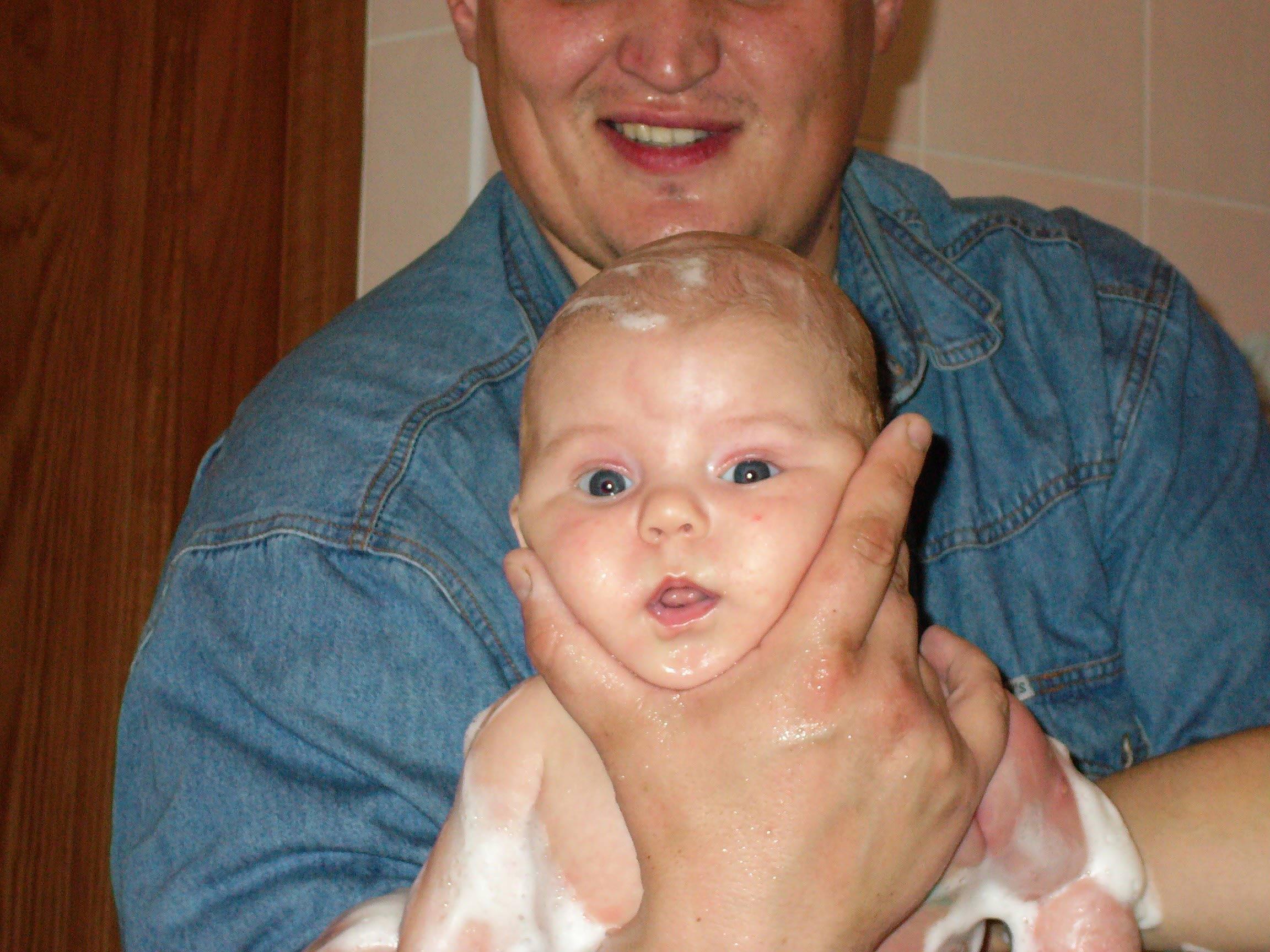 Какой я маленький, а папа большой. Веселое купание в нежной пенке