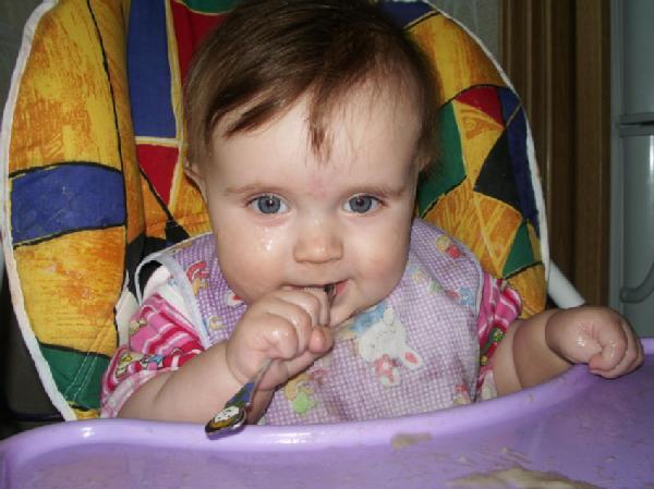 Каша утром как зарядка, съел её и всё в порядке!!!. Крошка с ложкой
