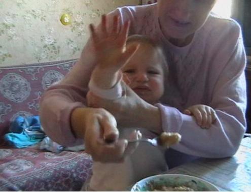 Не снимать!!! Съёмки во время еды не санкционированы!. Крошка с ложкой