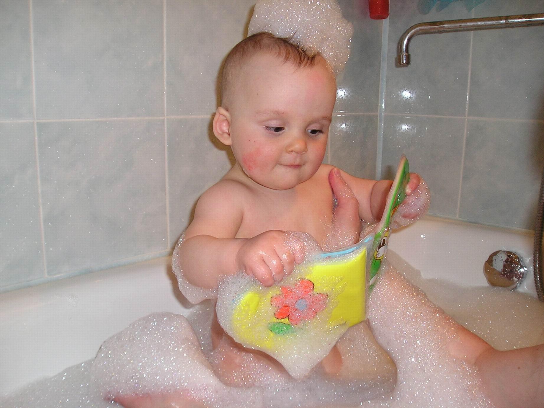 от чтения не отвлекаюсь.... Веселое купание в нежной пенке