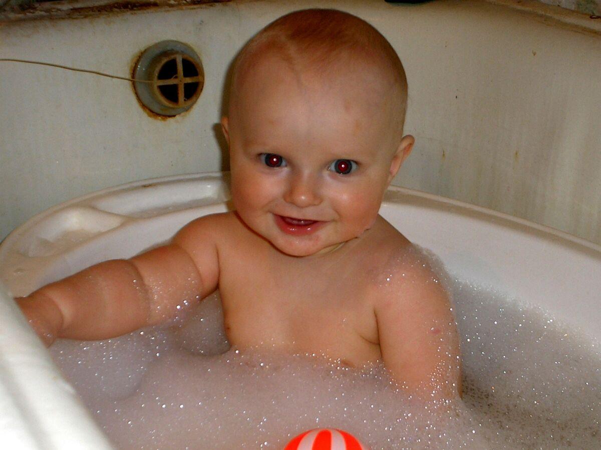 Алеша купается!!!!. Веселое купание в нежной пенке