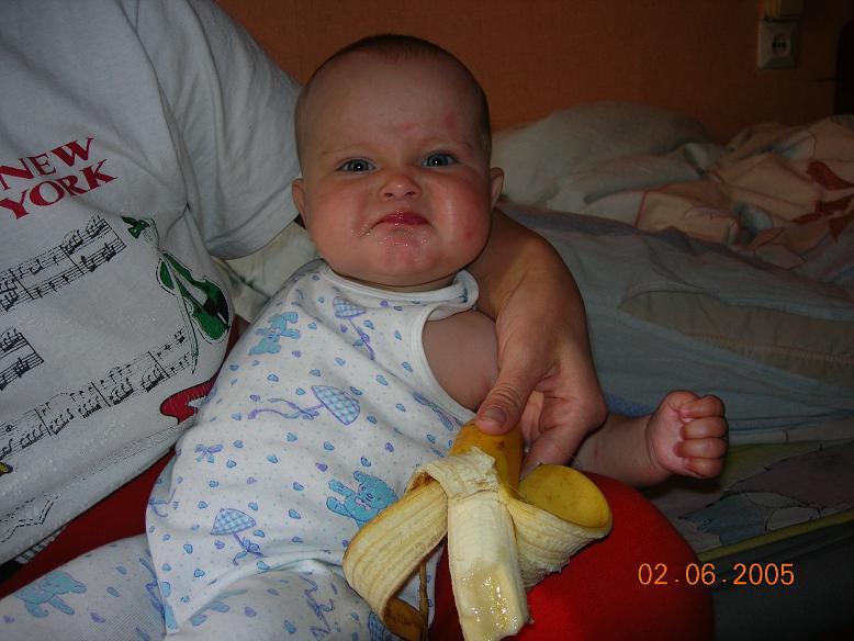 Ну кто придумал детенка бананами кормить. Крошка с ложкой