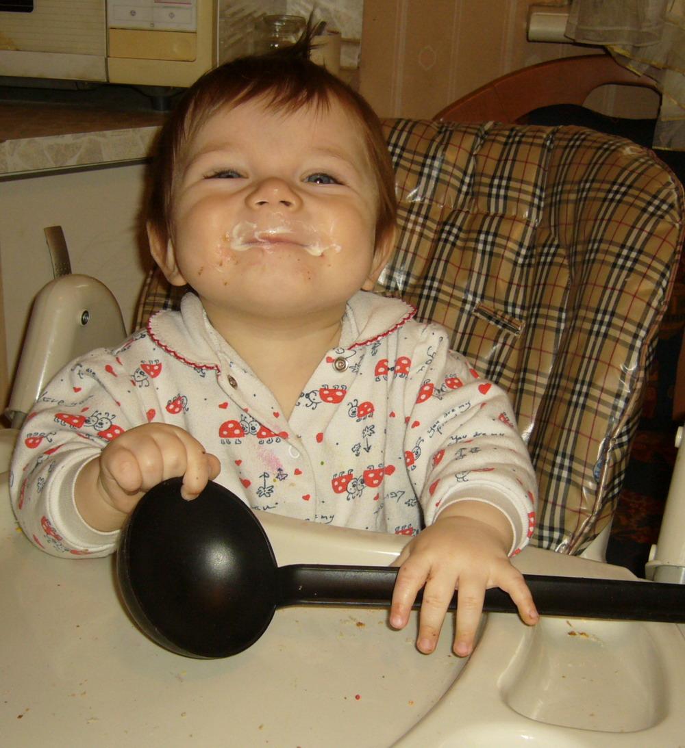 Где моя большая ложка?! :-). Крошка с ложкой