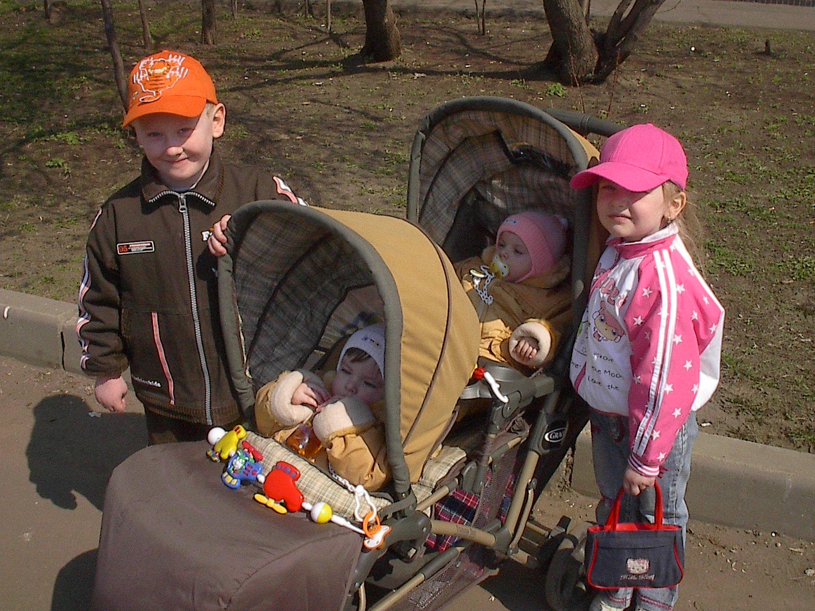 я, мои сестренки -двойняшки и двоюродный братик. Это сладкое слово - прогулка!..