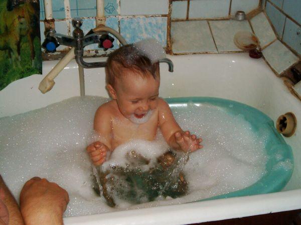 Мелкие малышовые радости: счастье в жизни есть!. Веселое купание в нежной пенке