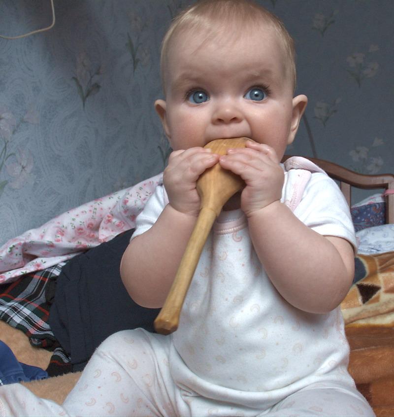 Совсем ребенка не кормим. Крошка с ложкой