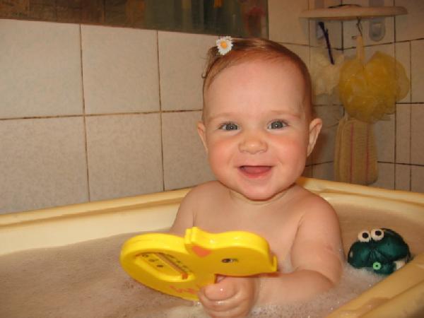 Как здорово купаться в пенке!!!. Веселое купание в нежной пенке