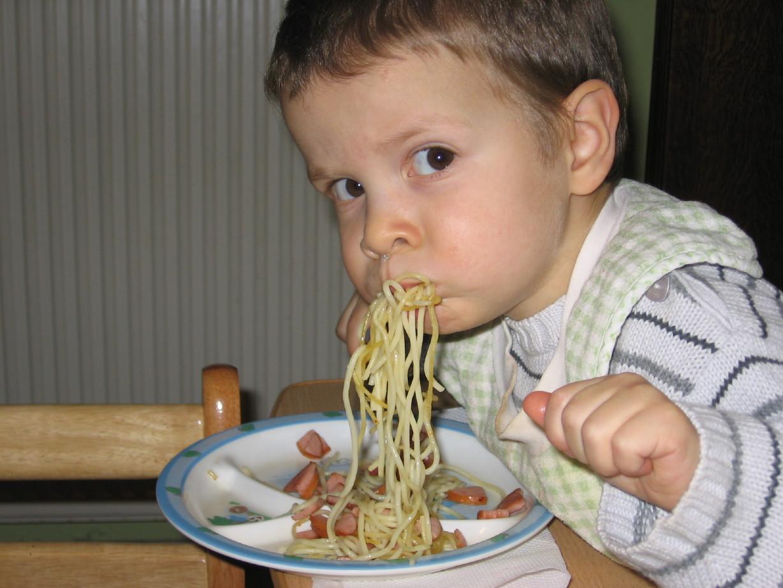 Максиму-карапузу спагетти пришлись по вкусу :). Крошка с ложкой