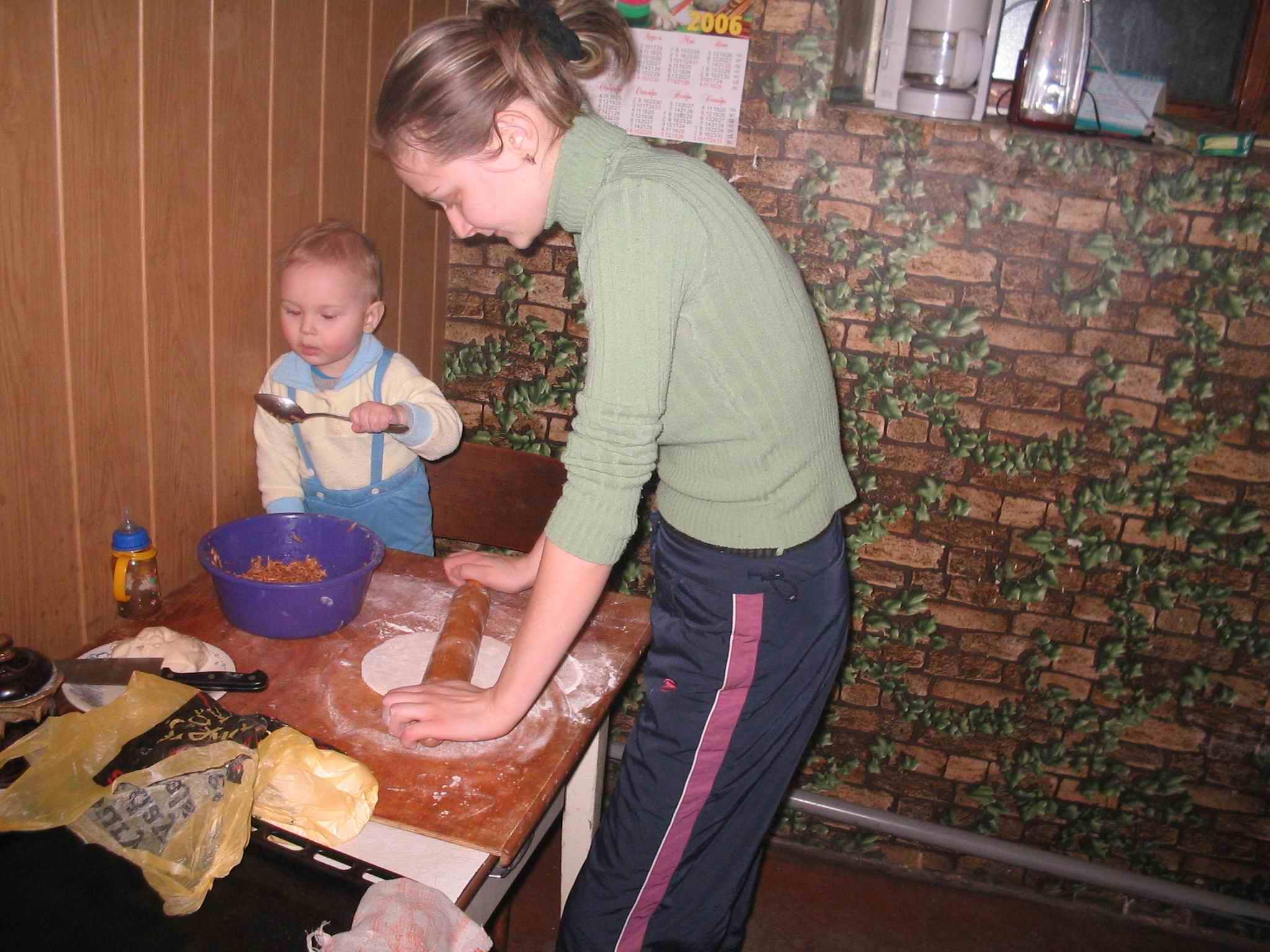 Маленький помощник на кухне!!!. Крошка с ложкой