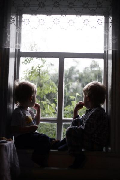 За окошком дождь.... Братишки и сестренки