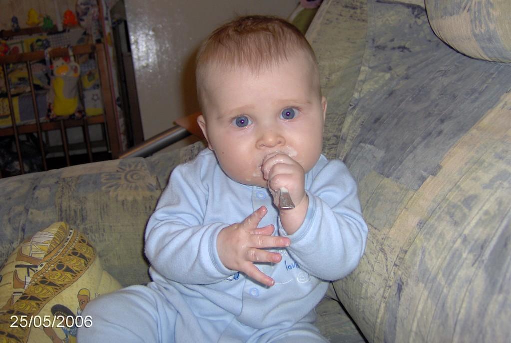 Лебедев Миша, 6 месяцев, г.Кострома. Крошка с ложкой
