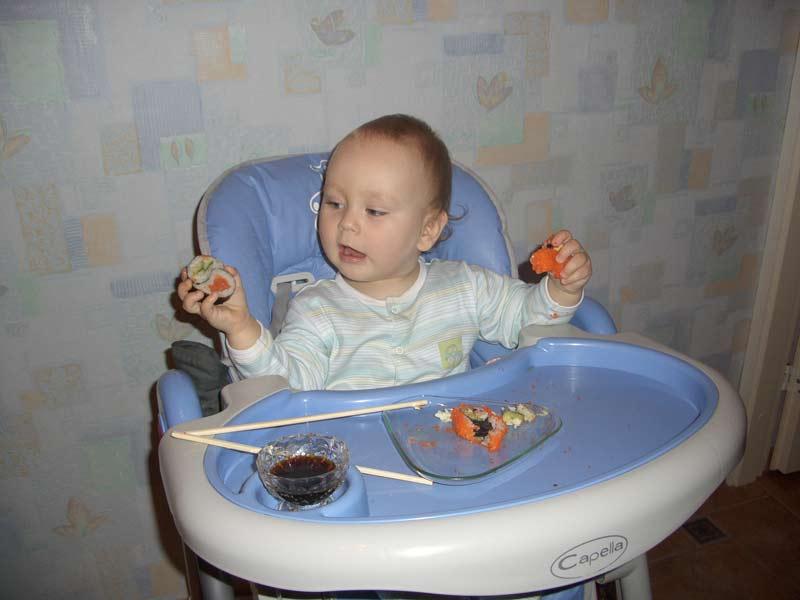 Тима очень любит суши:). Крошка с ложкой
