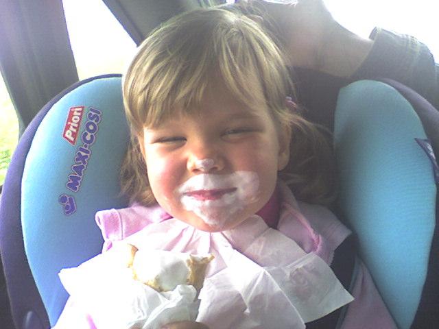 Мороженое в машине - это святое!)). Мы едем, едем, едем...