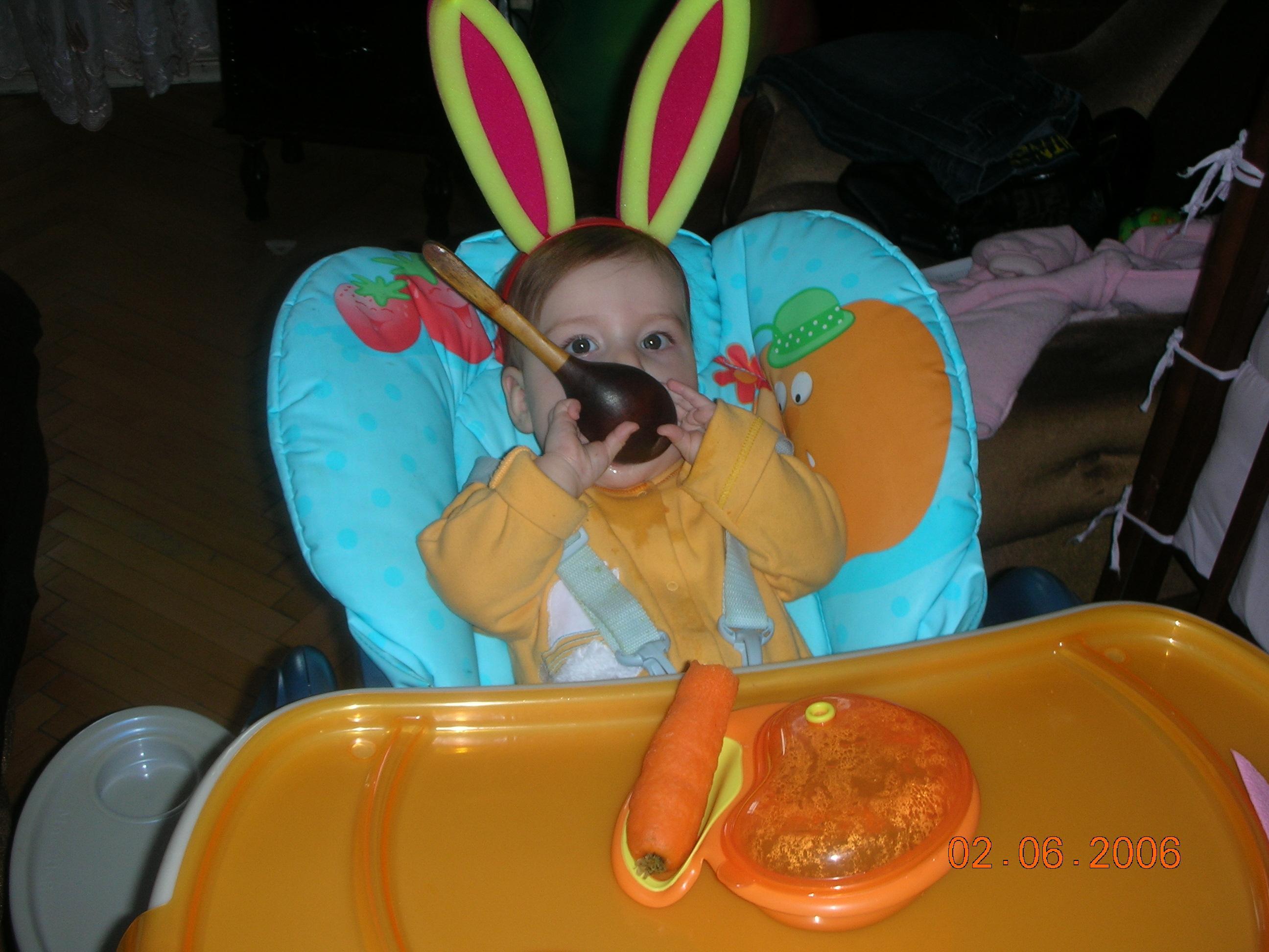 Я Зайчик-Побегайчик! Люблю покушать я, морковку ем я ложкой, хоть есть два зуба у меня!. Крошка с ложкой