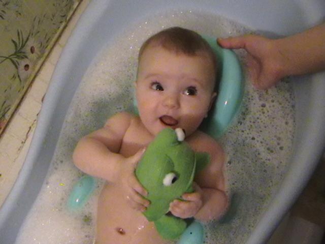 Мама, смотри царевна лягушка!. Веселое купание в нежной пенке