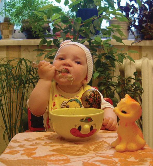 Буду кашку кушать - вырасту большая и красивая. Крошка с ложкой
