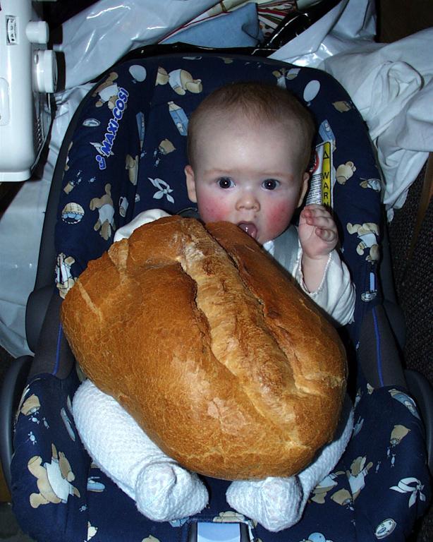 Широко откроем рот...  и пролезет бутерброд. Крошка с ложкой
