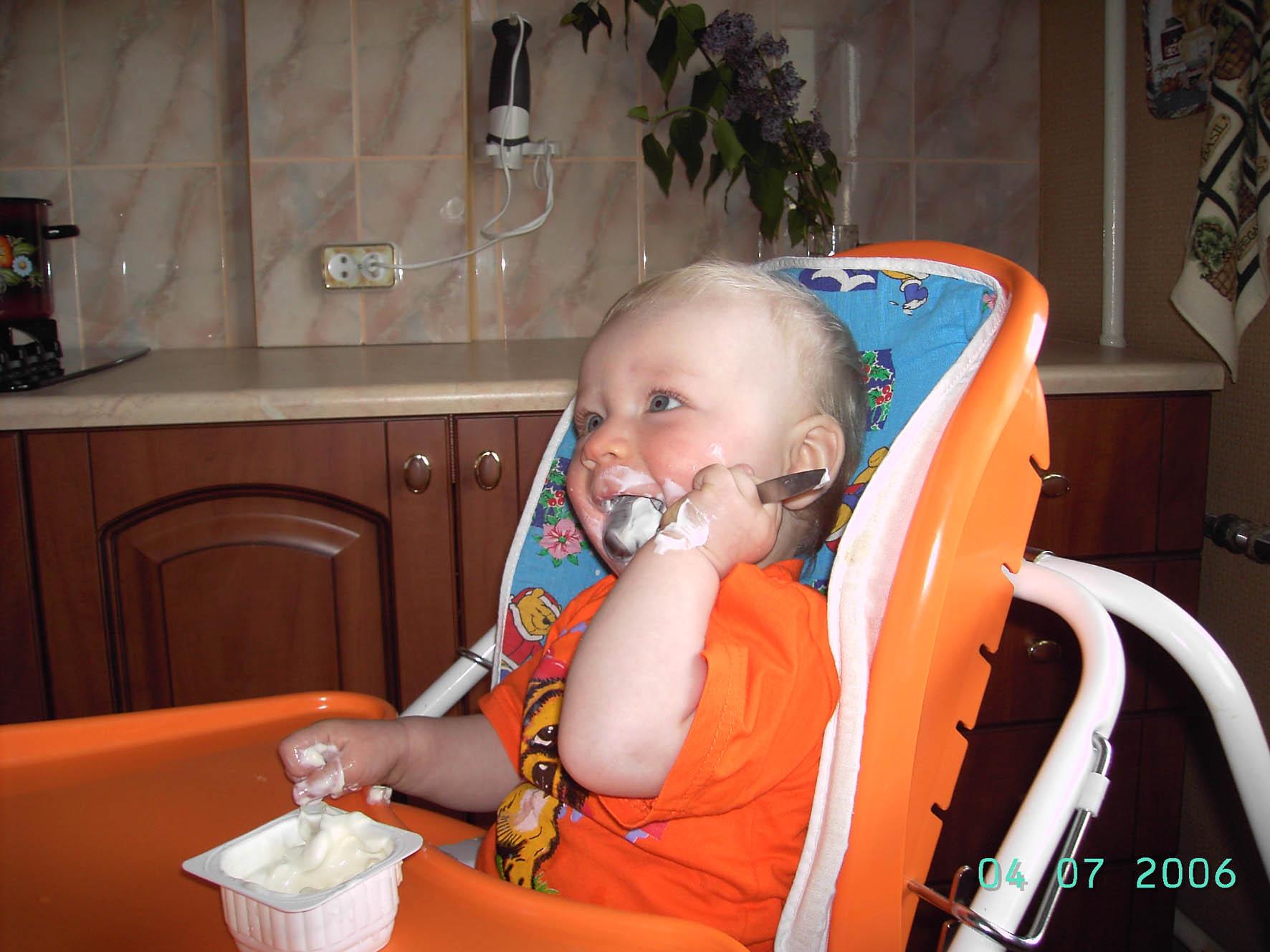 ну и йогурт!!!. Крошка с ложкой