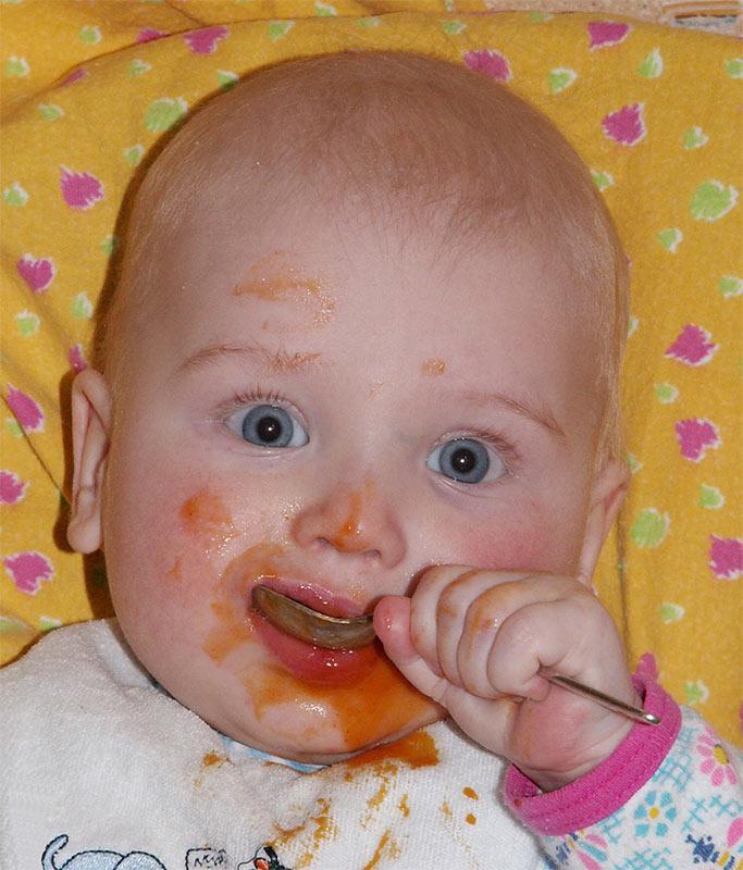 Кушаю я, кушаю, внимательно всех слушаю!. Крошка с ложкой