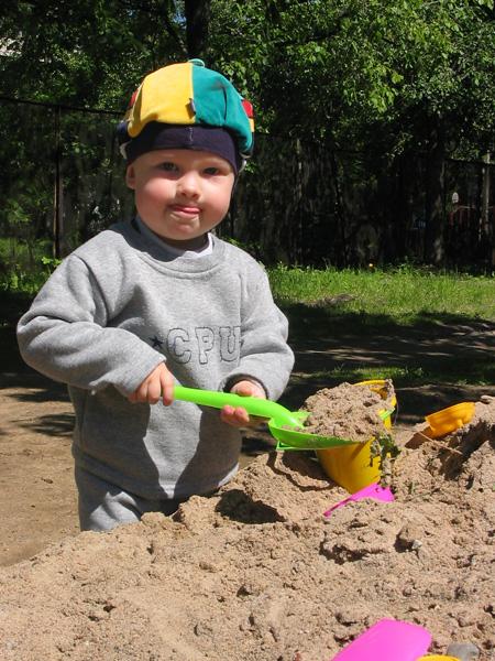 Артём в песочнице копался.... Лето, ах лето!..