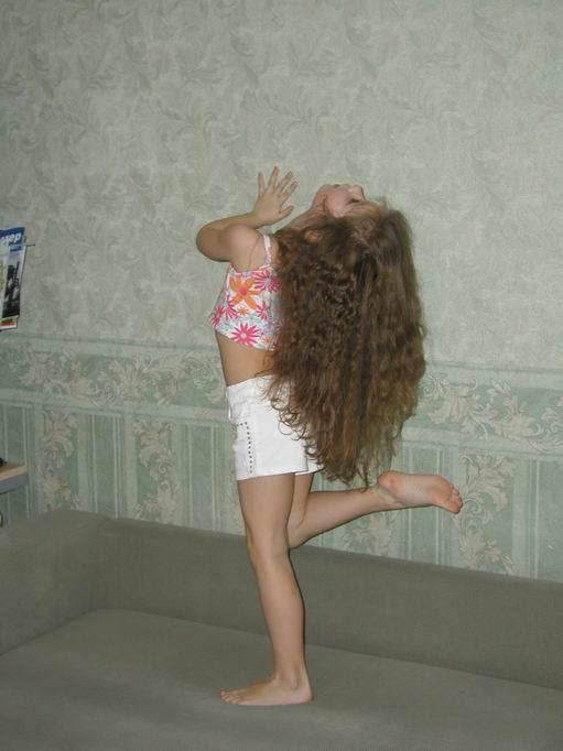 А мои волосы уже до пяток достают.. Чтоб кудряшки расчесать, надо мамочку позвать!