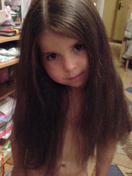 Мне всего три годика, а вот какие волосы! Длинные, блестящие, не хочу иначих я!. Чтоб кудряшки расчесать, надо мамочку позвать!