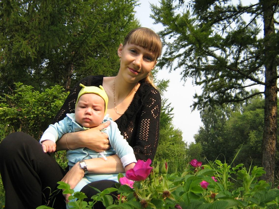 В траве сидел кузнечик, а я его нашла!...... Я и моя малышка