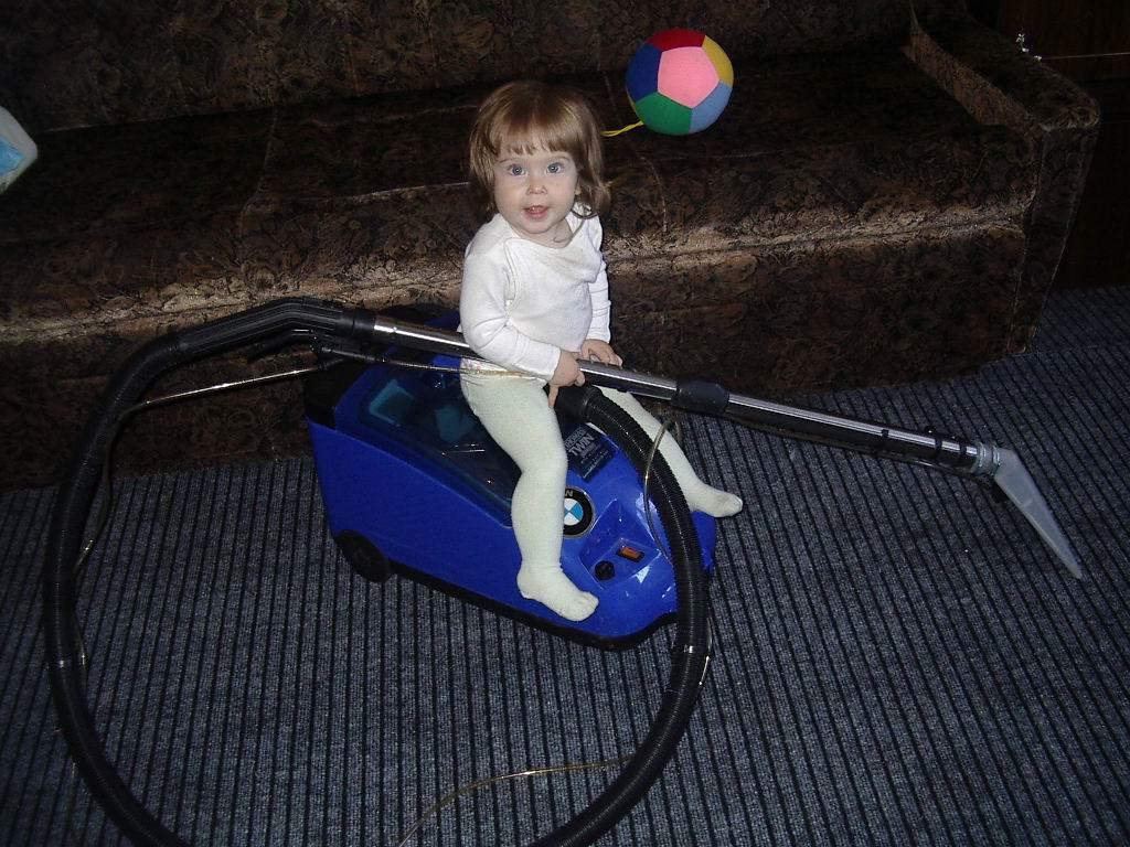 дочка маме помогает - пыль с ковров всю собирает!!!. Я - Чистюля