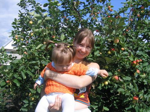 С мамой яблоки мы рвали.... Я и моя малышка