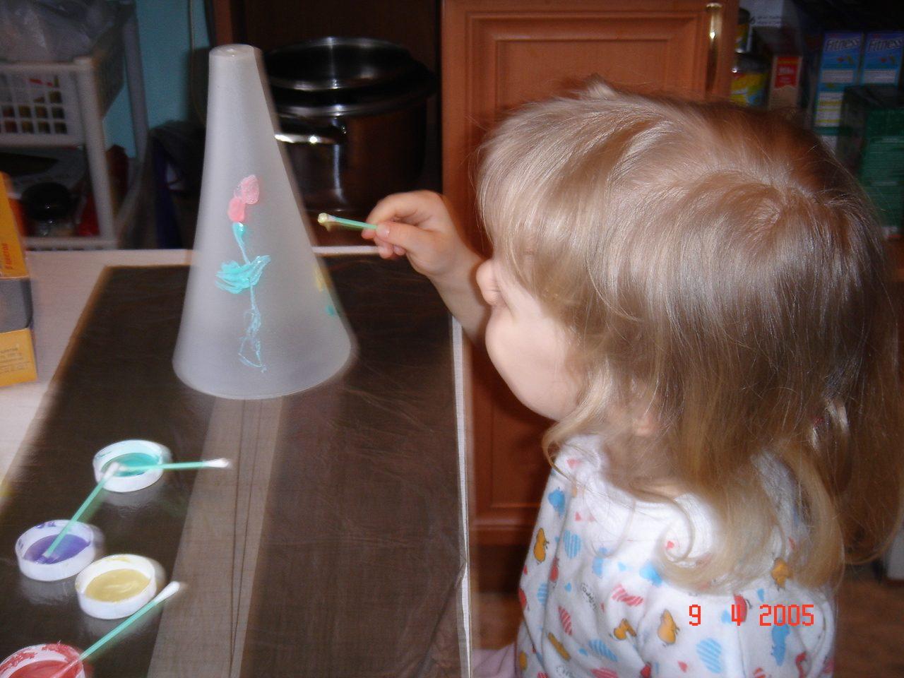 я расписываю вазу для мамы. Малыши-карандаши