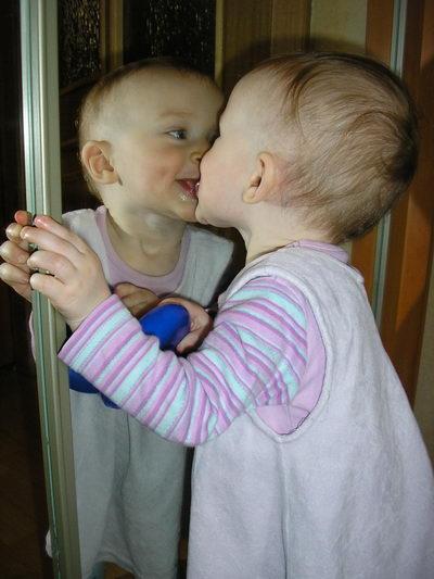 Мама, что-то зеркало гряновато! Тебе помочь его помыть? :). Я - Чистюля